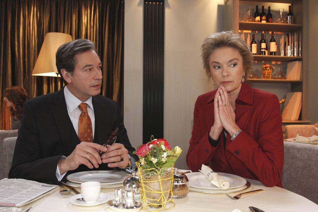 Machen sich Sorgen um ihre Tochter, die glaubt, dass Mark eine Affäre mit Manu hat: Julius (Günter Barton, l.) und Elisabeth Aden (Birte Berg, r.)... - Bildquelle: SAT.1