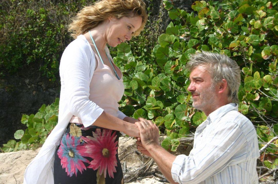Am Strand der einsamen Insel macht Christian (Christoph M. Ohrt, r.) seiner Billy (Ann-Kathrin Kramer, l.) einen Heiratsantrag ... - Bildquelle: Walter Bailey Sat.1