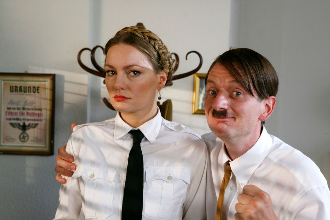 """""""Mein bestes Pferd im Stall"""", sagt Hitler (Michael Kessler, r.) über Tanja (Martina Hill, l.) - Bildquelle: Kai Schulz ProSieben"""