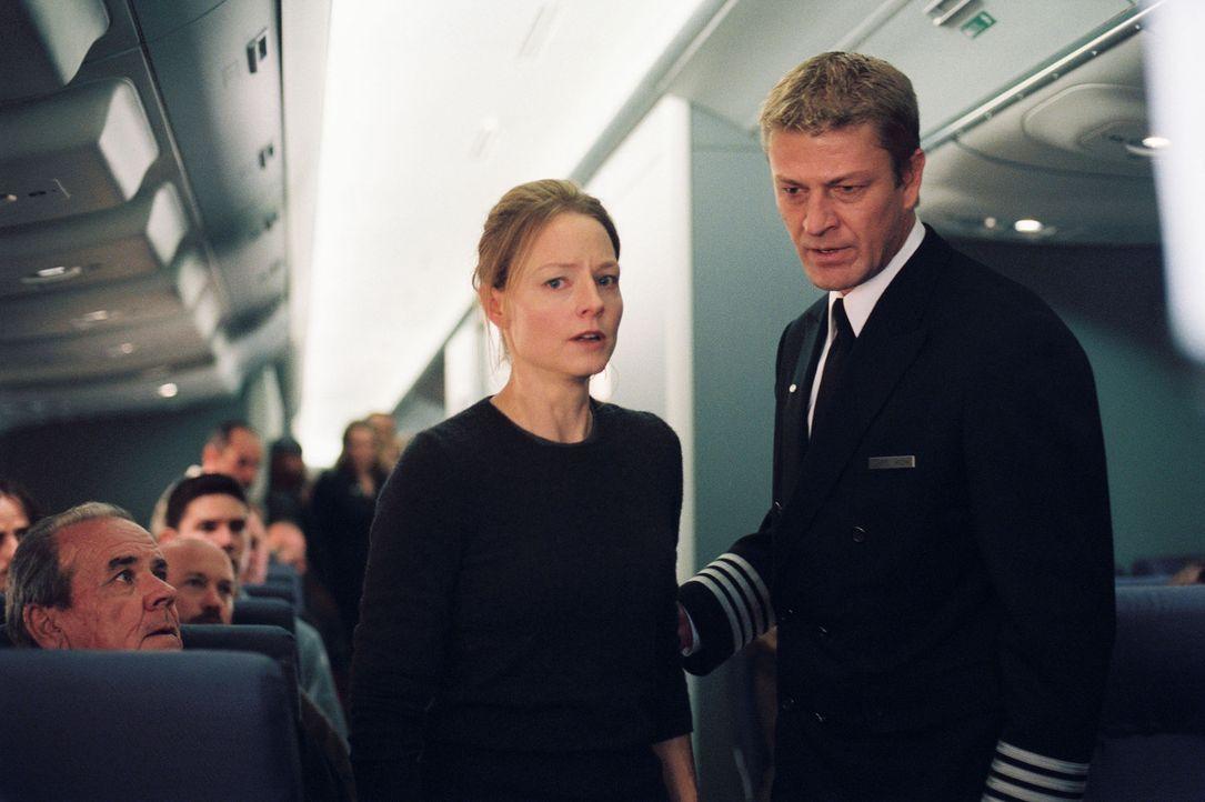 Die Suche nach Julia verläuft erfolglos. Nicht nur der Pilot Rich (Sean Bean, r.) hegt den Verdacht, dass Kyle (Jodie Foster, l.) eine völlig übe... - Bildquelle: Touchstone Pictures.  All rights reserved