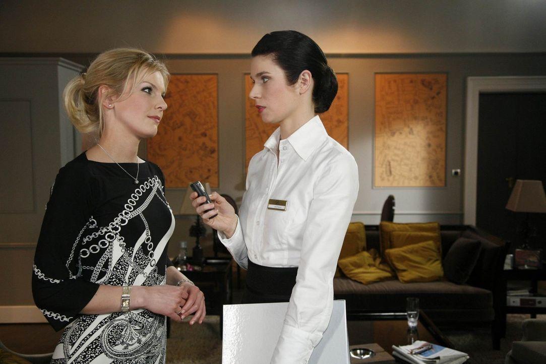 Gina (Elisabeth Sutterlüty, r.) pflanzt bei Alexandra (Ivonne Schönherr, l.) genüsslich die Lüge, dass Philipp sie nur ausnutzt ... - Bildquelle: SAT.1