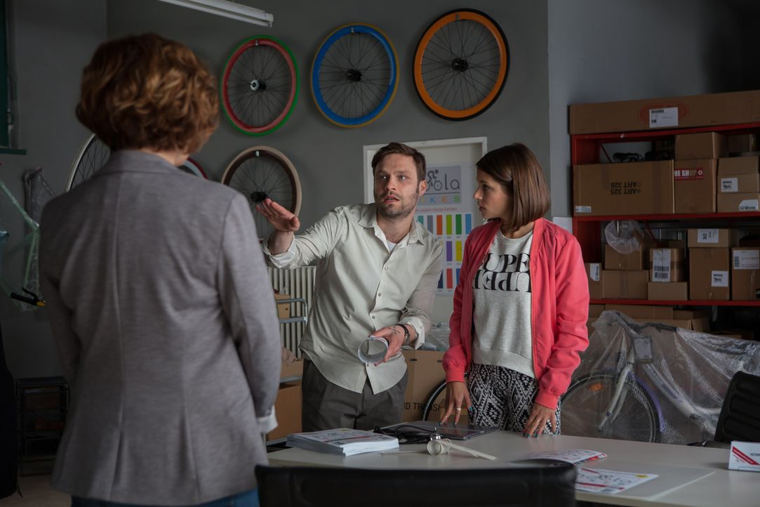 Der Wettstreit um den Job beginnt zwischen Britta (Muriel Baumeister, l.) und Bibiana (Anna Julia Kapfelsperger, r.) wenig spektakulär, aber schon b... - Bildquelle: Conny Klein SAT.1