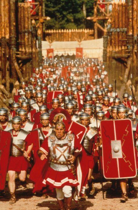 Die Römer im Angriff auf die Gallier ... - Bildquelle: Constantin Film