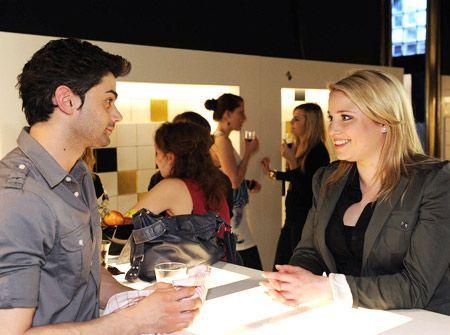 Miriam erzählt dem wenig begeisterten Sebastian aufgeregt, von ihrer neuen Jobchance im Label ... - Bildquelle: Christoph Assmann - Sat1