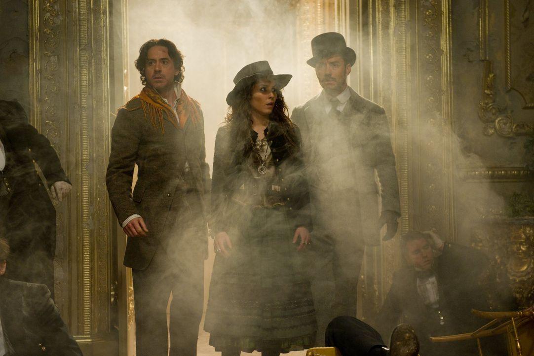 Die Wahrsagerin Madam Simza Heron (Noomi Rapace, M.) kämpft an der Seite von Sherlock Holmes (Robert Downey Jr., l.) und Dr. John Watson (Jude Law,... - Bildquelle: Warner Bros.