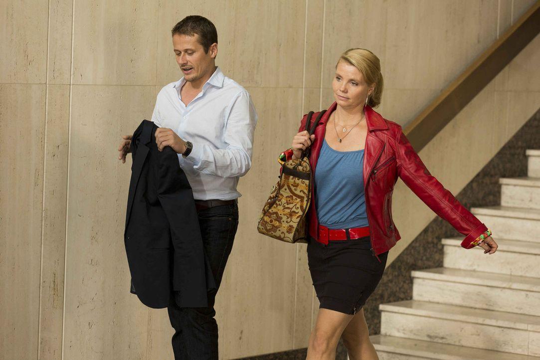 Dannis neuer Mandant Lutz Wilke (Roman Knizka, l.) hat ein echtes Problem, denn er wird verklagt, da er zwei Frauen geheiratet hat. Jetzt sucht er H... - Bildquelle: Frank Dicks SAT.1