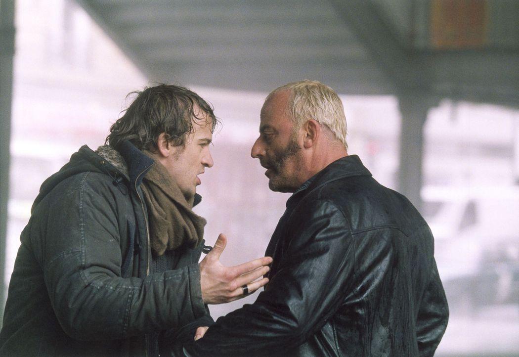 Schon bald müssen Kommissar Paul Nerteaux (Jocelyn Quivrin, l.) und sein skrupelloser Ex-Kollege Schiffer (Jean Reno, r.) erkennen, dass der Killer... - Bildquelle: Tobis Film