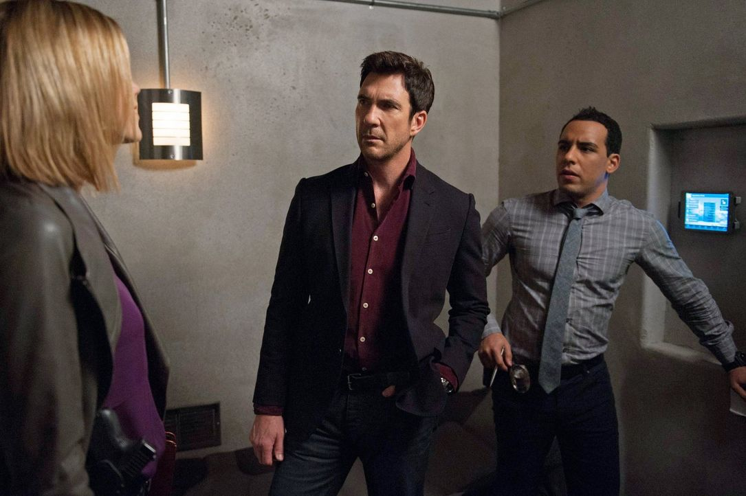 Durchsuchen das Haus einer jungen Schauspielerin, nachdem diese dort angegriffen wurde: Jack (Dylan McDermott, M.), Ben (Victor Rasuk, r.) und Janic... - Bildquelle: Warner Bros. Entertainment, Inc.