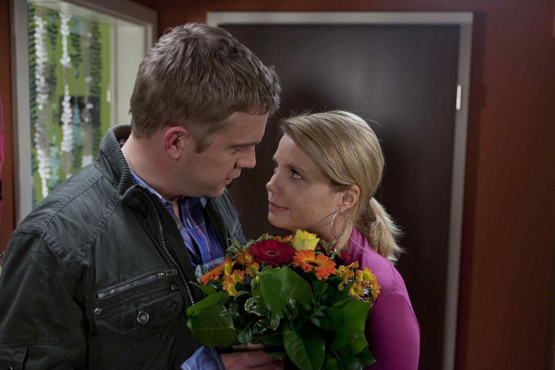 Sind glücklich miteinander, obwohl sie sich nicht immer einig sind: Danni (Annette Frier, r.) und Sven (Sebastian Bezzel, l.) ... - Bildquelle: SAT.1