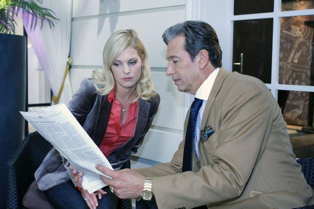 Julius Aden (Günter Barton, r.) versucht seine Tochter Alexandra (Ivonne Schönherr, l.) wegen der Modenschau zu beruhigen ... - Bildquelle: SAT.1