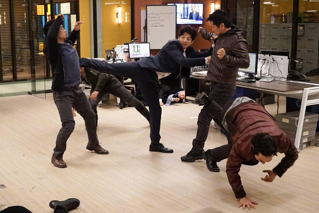 Als ein Angriff aufs Revier stattfindet, hat Lee (Jon Foo, M.) jede Menge zu tun, um die Angreifer auszuschalten ... - Bildquelle: Warner Brothers