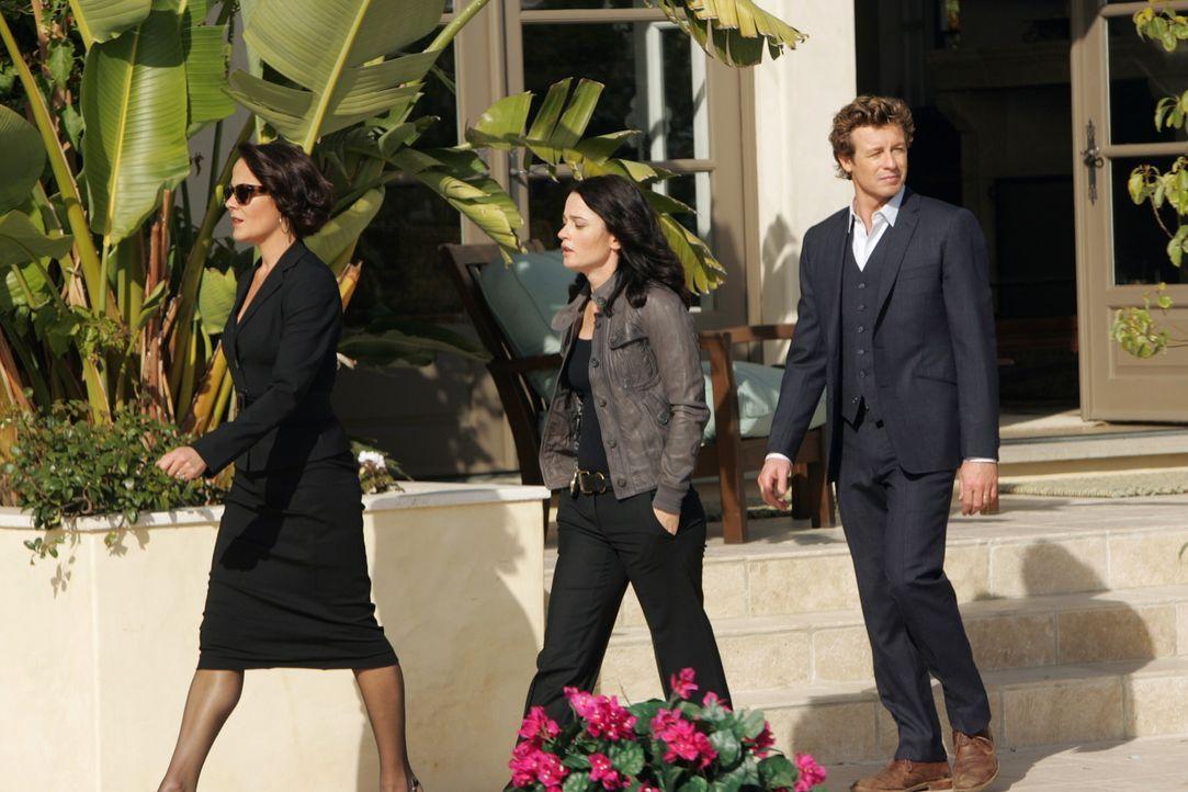 Um den Mörder von Hollywood-Produzenten Felix Hanson zu finden, wird der Mentalist Patrick Jane (Simon Baker, r.) und seine Kollegin Teresa (Robin... - Bildquelle: Warner Bros. Television
