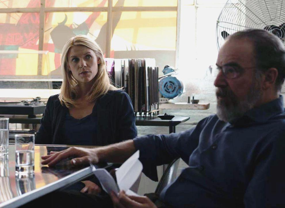 Das CIA und der BND starten eine gemeinsame Operation, nachdem Carrie (Claire Danes, l.) Saul (Mandy Patinkin, r.) davon überzeugt hat, dass Allison... - Bildquelle: Stephan Rabold 2015 Showtime Networks, Inc., a CBS Company. All rights reserved.