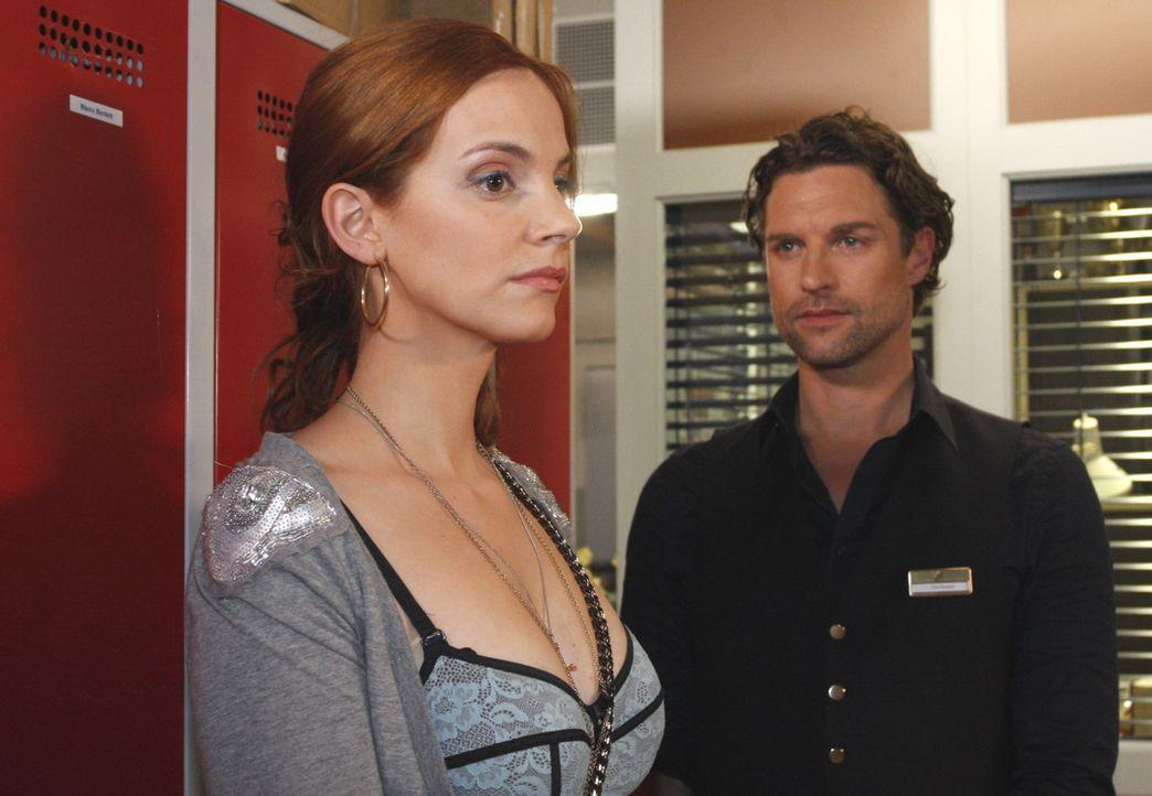 Manu (Marie Zielcke, l.) nimmt sich eine Auszeit von Mark, Toni (Ron Holzschuh, r.) und dem Hotel ... - Bildquelle: SAT.1