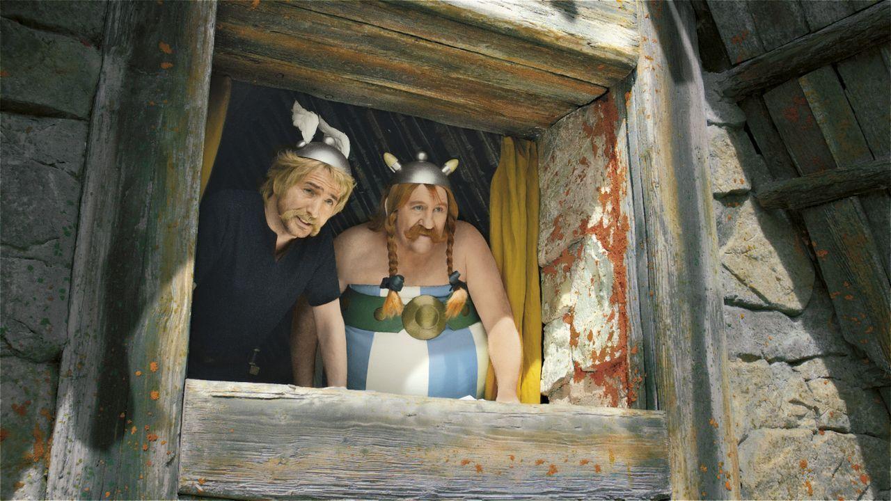 Asterix (Edouard Baer, l.); Obelix (Gérard Depardieu, r.) - Bildquelle: LEONINE Studios