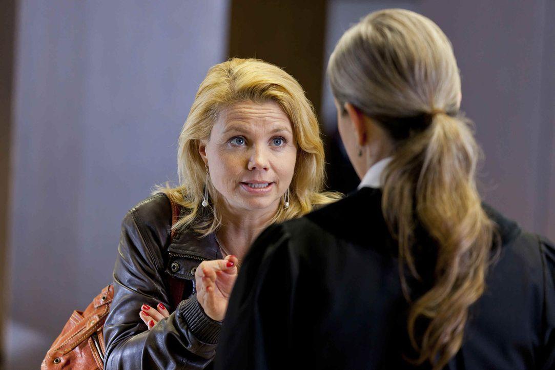 Versucht alles, um ihren Mandanten Manuel Berger zu helfen: Danni Lowinski (Annette Frier, l.) ... - Bildquelle: SAT.1