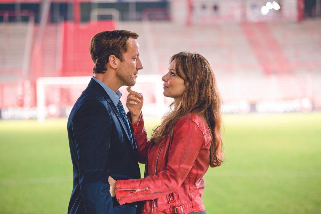 Die Ehe von Alex (Wotan Wilke Möhring, l.) und Teresa (Mina Tander, r.) ist schon lange nicht mehr das Wahre, doch gerade, als sie sich dazu entschl... - Bildquelle: Volker Roloff Warner Bros./Volker Roloff