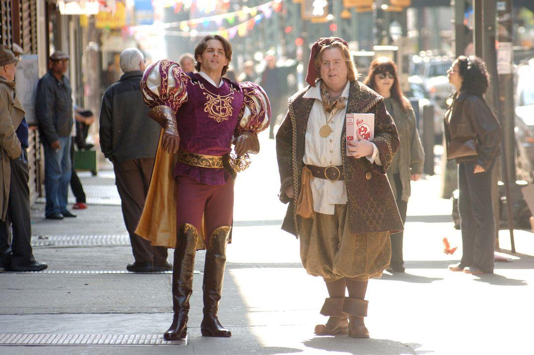 Auf der Suche nach der verwunschenen Prinzessin Giselle: Prince Edward (James Marsden, l.) und Nathaniel (Timothy Spall, r.) ... - Bildquelle: Disney. All rights reserved