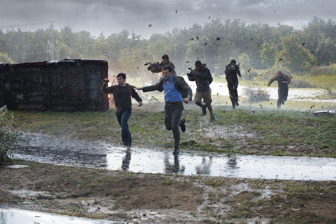 Versuchen alles, um dem Wirbelsturm noch lebend zu entkommen: Trey (Nathan Kress, vorne l.) und Gary (Richard Armitage, vorne r.) ... - Bildquelle: 2014 © Warner Bros.