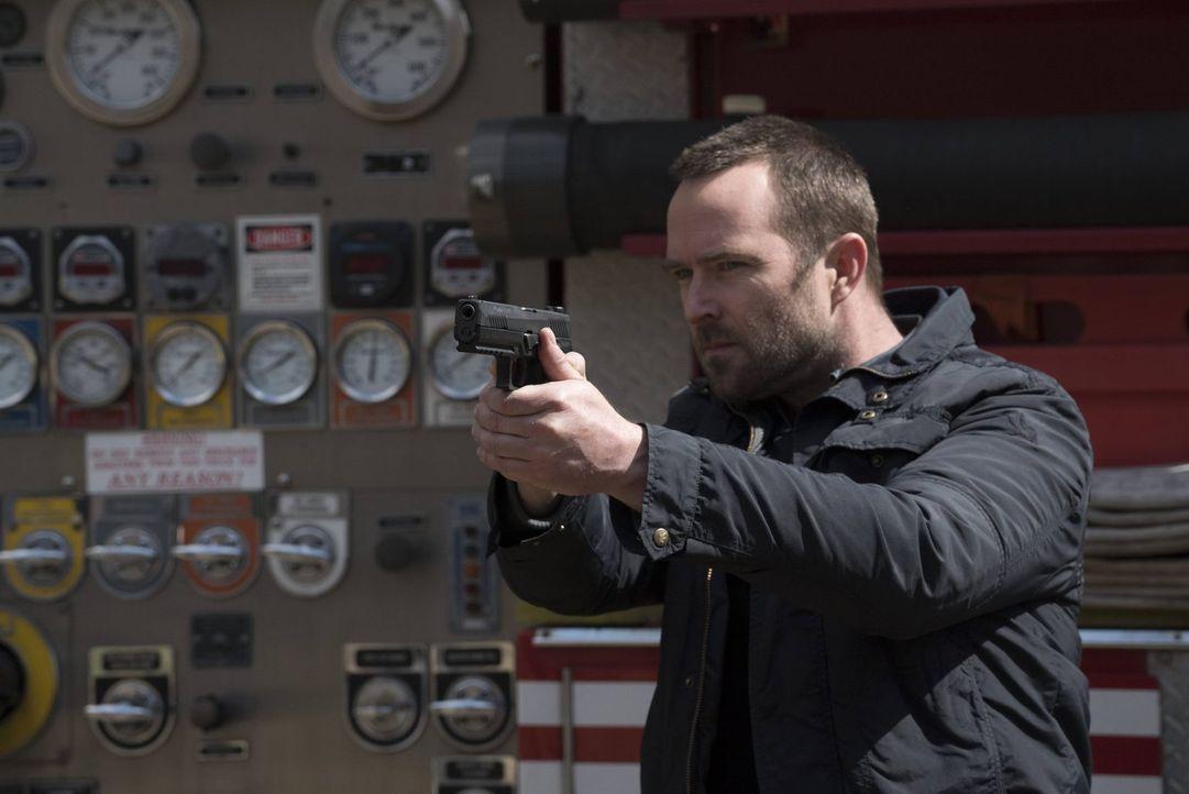 Hat einen Terroristen im Visier: Weller (Sullivan Stapleton) ... - Bildquelle: Warner Brothers