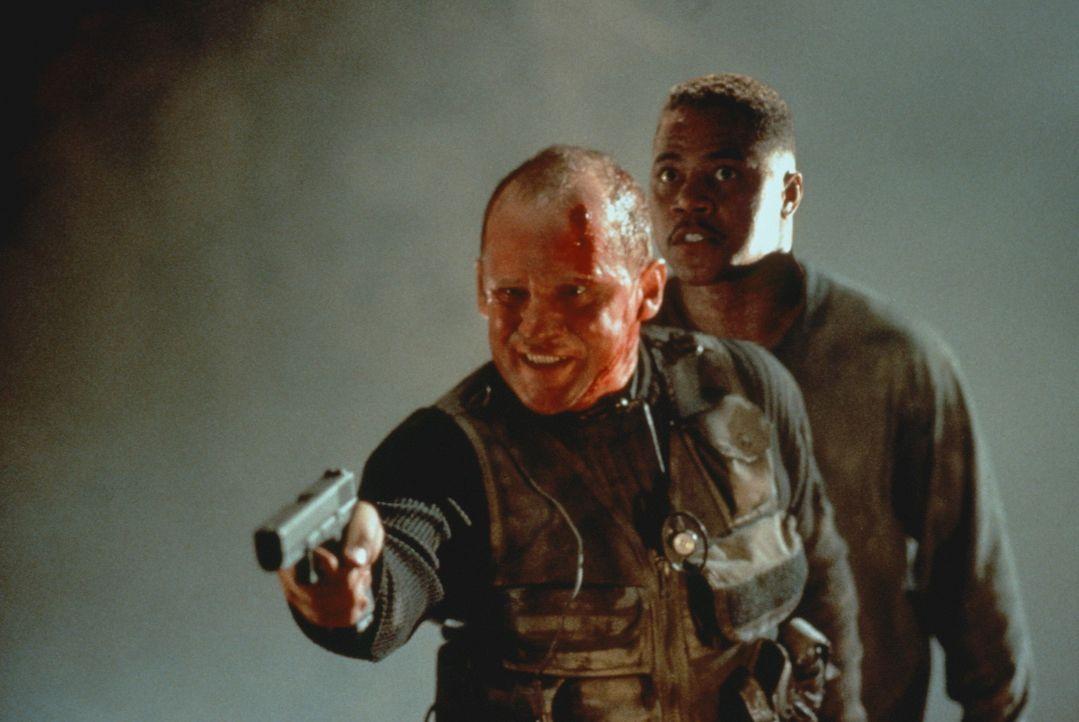 Todesmutig versucht Arlo (Cuba Gooding, r.), den rächenden Offizier Andrew Brynner (Peter Firth, l.) aufhalten. Doch der kennt eine Menge wirkungsv... - Bildquelle: Warner Bros.