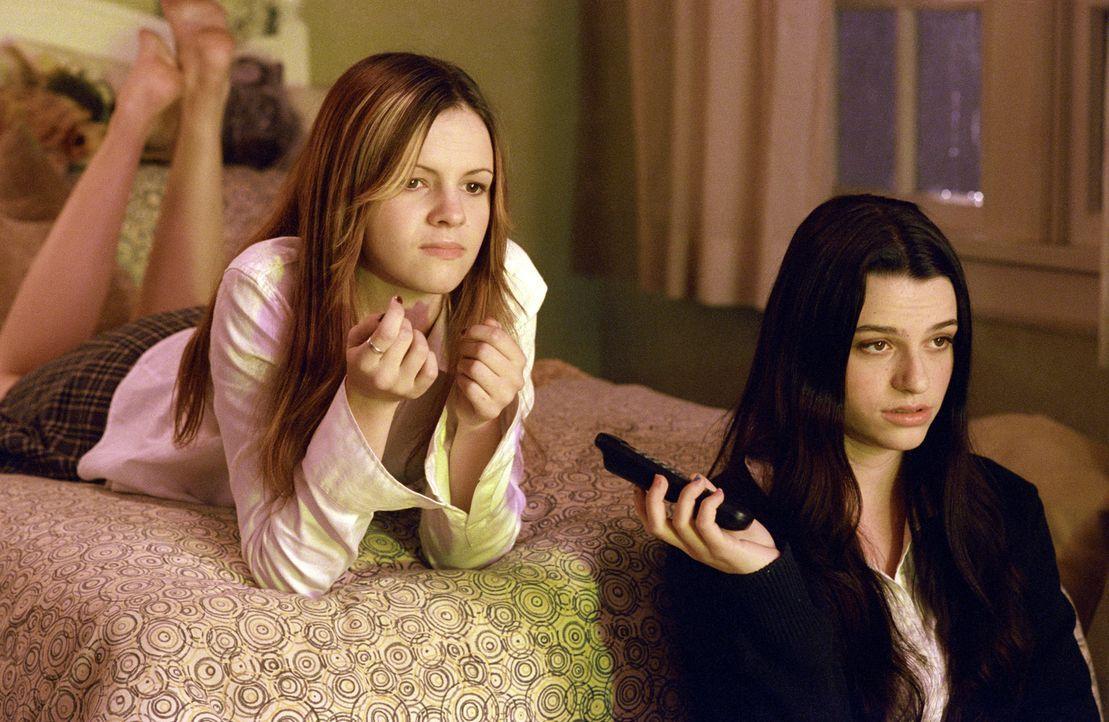 Katie (Amber Tamblyn, l.) und Becca (Rachael Bella, r.) ahnen nicht, dass dieses Videoband sie das Leben kosten wird … - Bildquelle: TM &   2002 Dreamworks LLC. All Rights Reserved