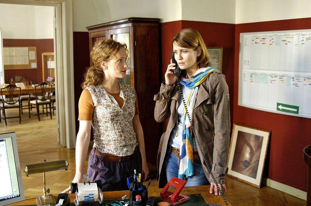 Maren ist entsetzt, als sie im Sekretariat einen Anruf  entgegennimmt, in dem anonym ein Amoklauf angekündigt wird.  v.l.n.r.: Sekretärin Ines Holbe... - Bildquelle: Oliver Feist Sat.1