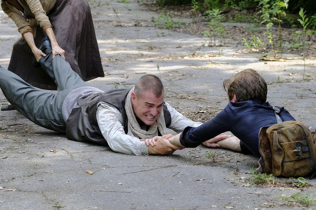 MacGyver (Lucas Till, r.) und Jack (George Eads, l.) halten fest zusammen. Ob sie den entführten Navy Seal aus den Händen der Terroristen befreien k... - Bildquelle: Guy D'Alema Guy D'Alema/CBS   2017 CBS Broadcasting, Inc. All Rights Reserved. TM