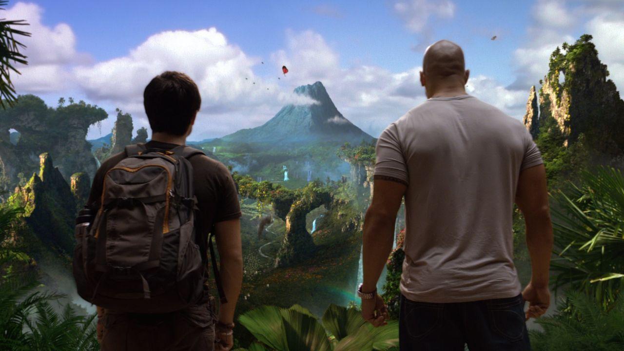Als Sean (Josh Hutcherson, l.) und sein Stiefvater Hank (Dwayne Johnson, r.) tatsächlich auf die geheimnisvolle Insel stoßen, ahnen sie nicht, dass... - Bildquelle: Warner Bros.