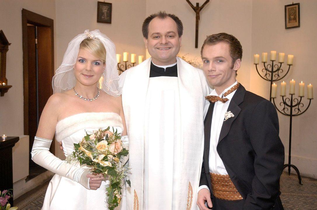 """Die """"Dreisten Drei"""" Mirja Boes (l.), Markus Majowski (M.) und Ralf Schmitz (r.) einmal ganz romantisch. - Bildquelle: Oliver S. Sat.1"""