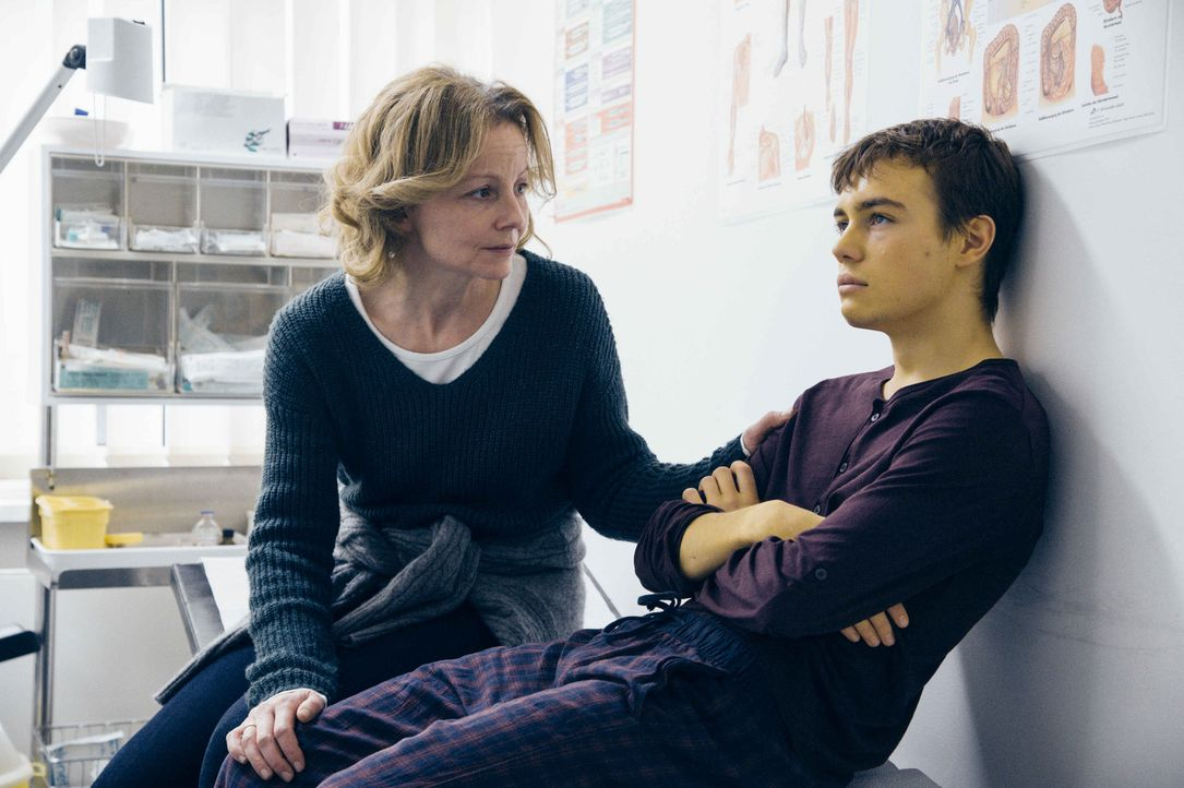 Nachdem Frank (Valentino Fortuzzi, r.) einen Streit zwischen seinen Eltern belauscht hat, ist er davon überzeugt, dass seine Mutter (Carina Wiese, l... - Bildquelle: Hardy Spitz SAT.1