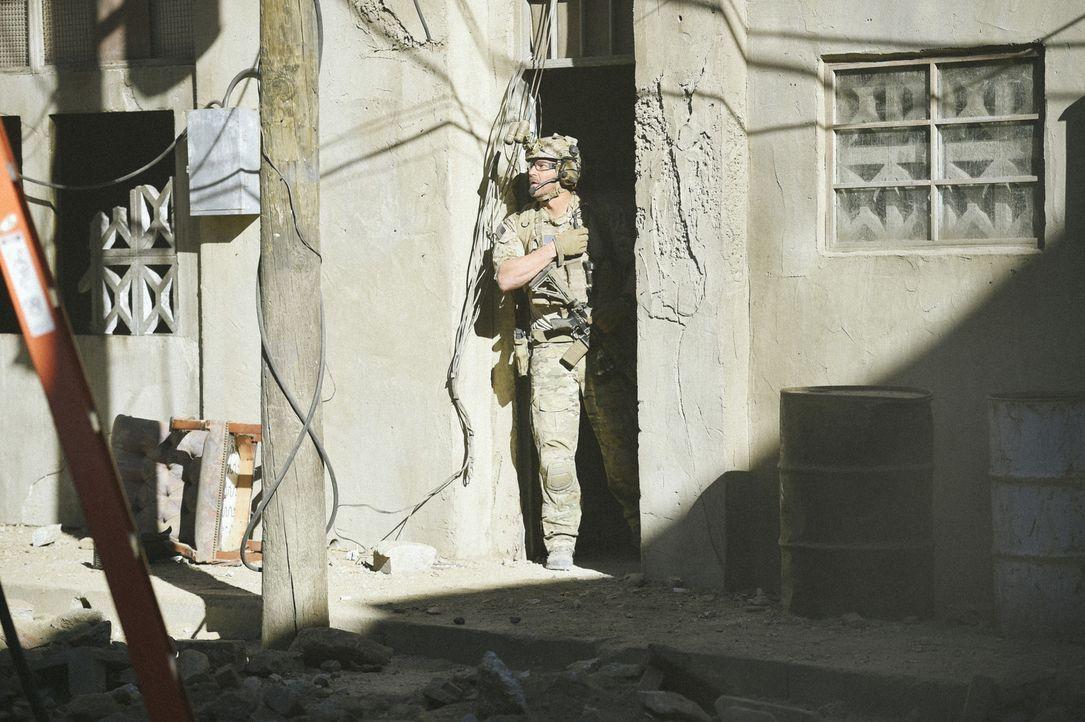 Kann Jason (David Boreanaz) seinen in Gefahr befindlichen Kameraden noch retten, bevor die schwerbewaffneten Terroristen ihn erreichen? - Bildquelle: Ron Jaffe Ron P. Jaffe/CBS  2017 CBS Broadcasting, Inc. All Rights Reserved