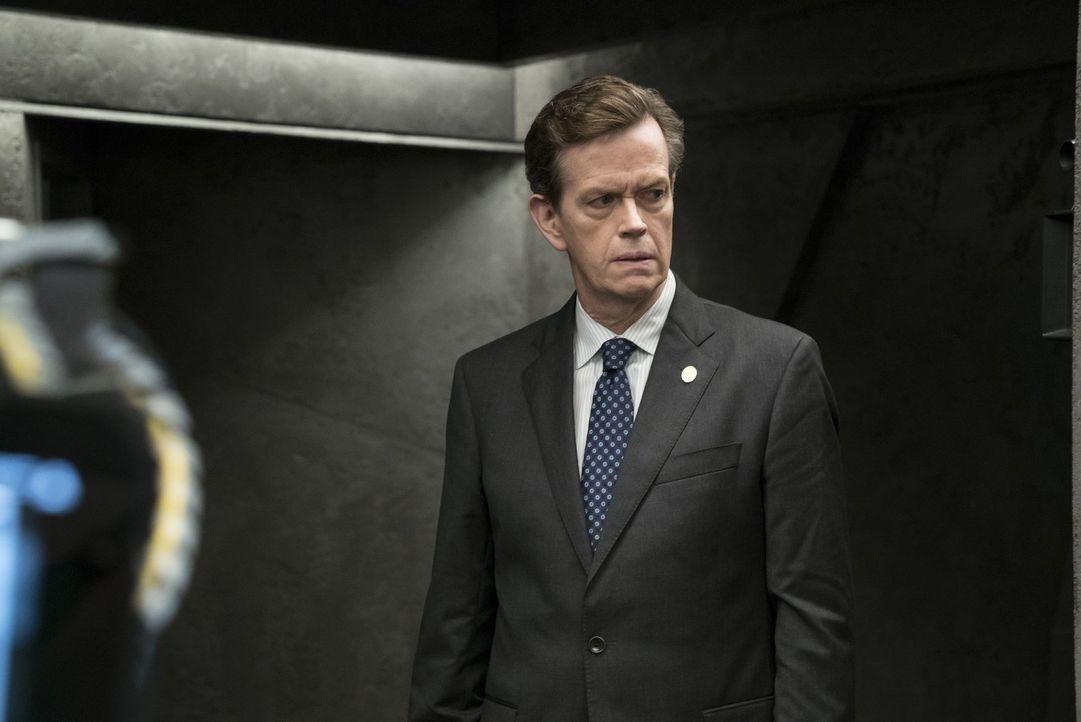 """FBI-Direktor Pellington (Dylan Baker) ahnt, dass er der Terrorgruppe """"Sandstorm"""" nur mit Janes Hilfe das Handwerk legen kann. Aber kann er ihr trauen? - Bildquelle: Warner Brothers"""