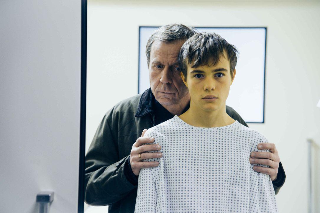 Peter (Jörg Pose, l.) will nicht länger hinnehmen, dass das Leben seines Sohnes (Valentino Fortuzzi, r.) an einem seidenen Faden hängt. Deshalb vers... - Bildquelle: Hardy Spitz SAT.1
