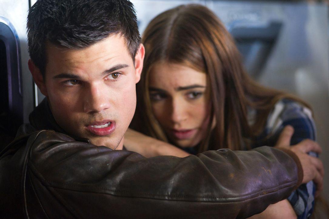 Haben Angst um Ihr Leben: Nathan (Taylor Lautner, l.) ist mit Klassenkameradin Karen (Lily Collins, r.) auf der Suche nach seiner wahren Herkunft  u... - Bildquelle: Kinowelt GmbH
