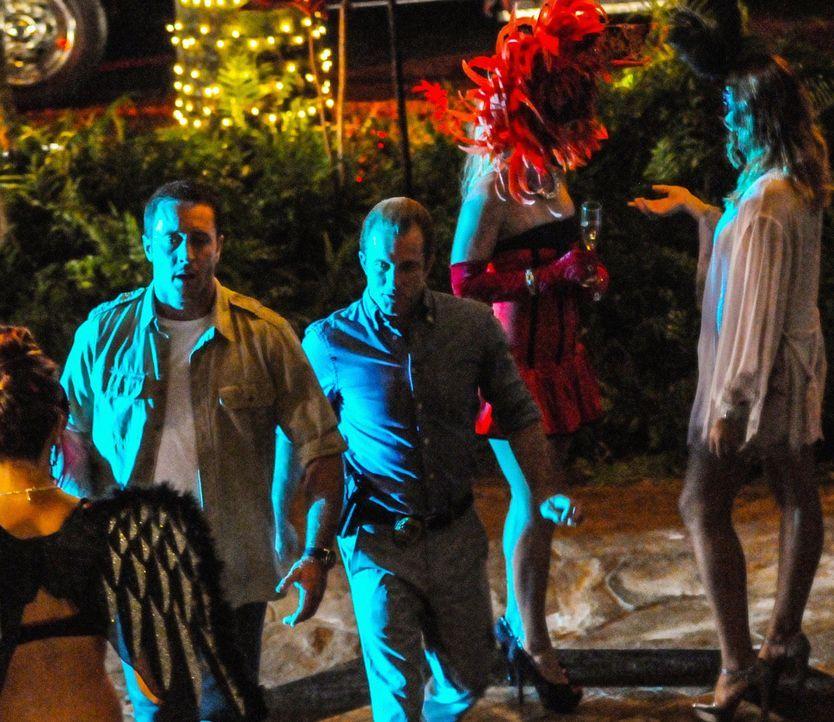 Als Halloween auf Hawaii Einzug hält, wird ein Mann erschossen, der sich wie ein Zombie verhält. Das Team um Steve (Alex O'Loughlin, l.) und Danny... - Bildquelle: 2013 CBS BROADCASTING INC. All Rights Reserved.