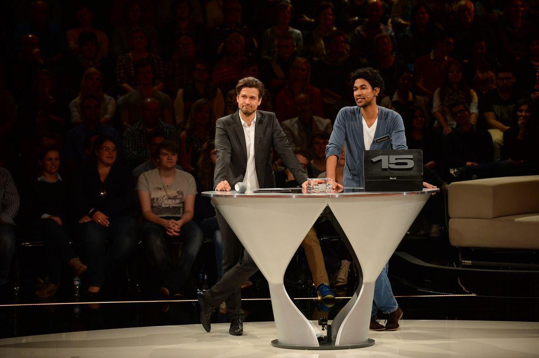 Mögen die Spiele beginnen: Moderator Wayne Carpendale (l.) und Kandidat Christoph (r.) ... - Bildquelle: Willi Weber SAT.1
