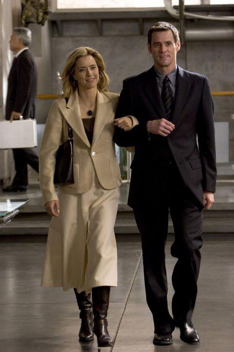 Dick (Jim Carrey, r.) und seine Ehefrau Jane (Téa Leoni, l.) führen ein luxuriöses, angenehmes Leben. Bis Dick völlig überraschend arbeitslos w... - Bildquelle: Sony Pictures Television International. All Rights Reserved.