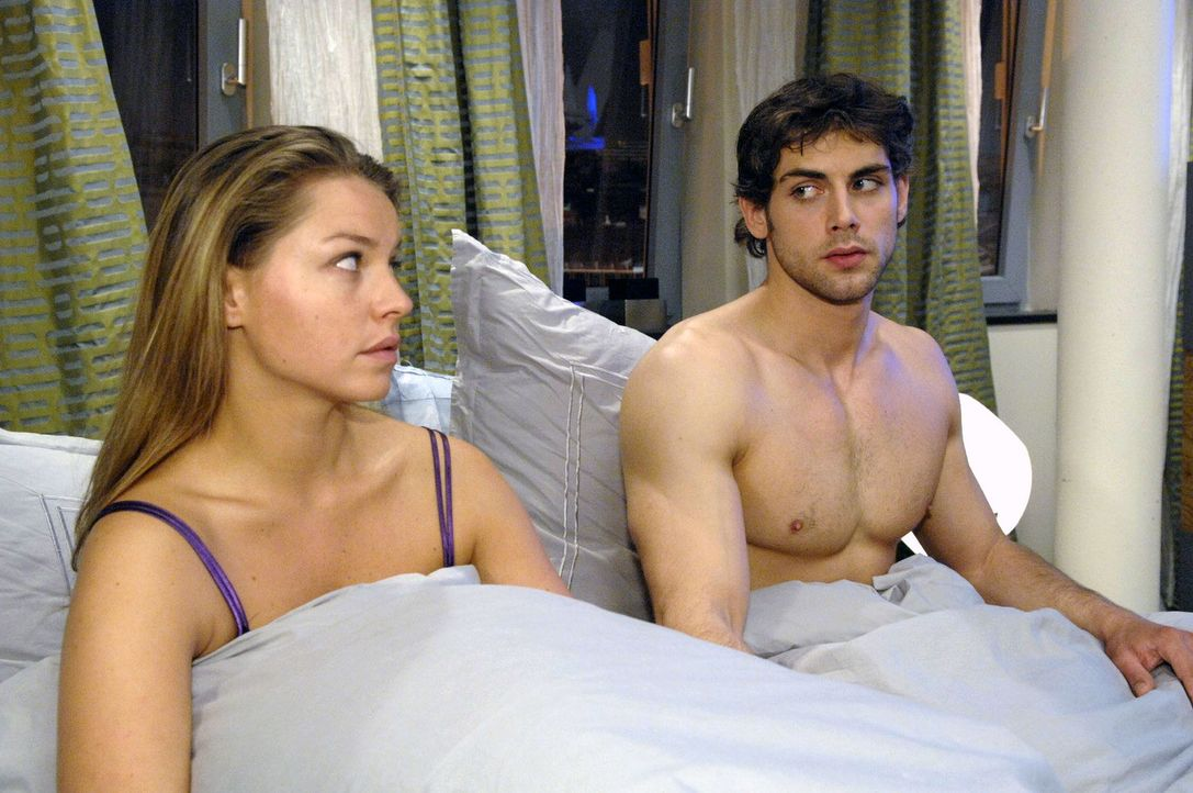 Jonas (Roy Peter Link, r.) will es mit Katja (Karolina Lodyga, l.) langsam angehen lassen. - Bildquelle: Sat.1