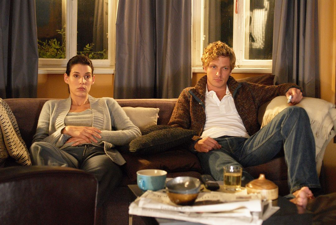 Während Nina (Elena Uhlig, M.) das Angebot erhält, neue Dienststellenleiterin zu werden, wird Bernd (Holger Stockhaus, l.) als Pilot entlassen ... - Bildquelle: SAT.1