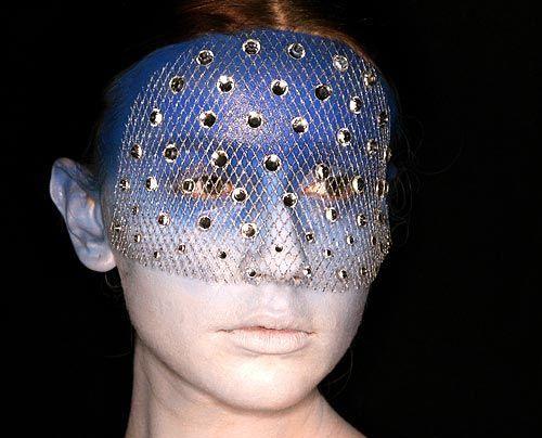 Masken, Motten, Mutationen? - Bildquelle: AFP