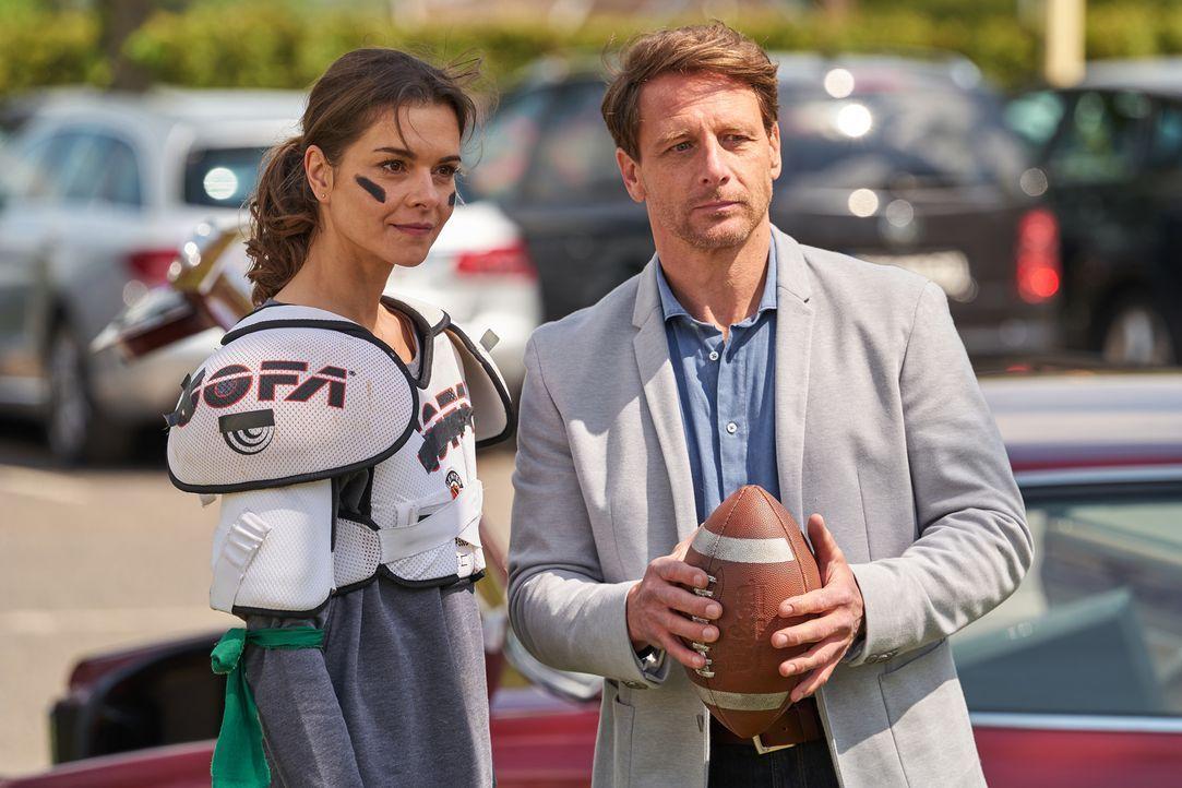 Während Carolin (Susan Hoecke, l.) mit ihren Schützlingen Football spielt, wartet Felix (Hendrik Duryn, r.) mit einer großen Überraschung für die pa... - Bildquelle: Frank Dicks SAT.1