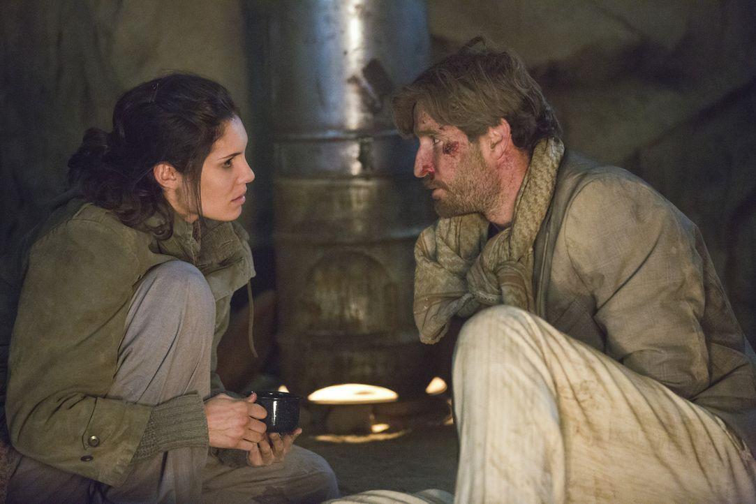 Kensi (Daniela Ruah, l.) und ihr ehemaliger Verlobter Jack (Matthew Del Negro, r.) in einer verzweifelten Situation ... - Bildquelle: CBS Studios Inc. All Rights Reserved.