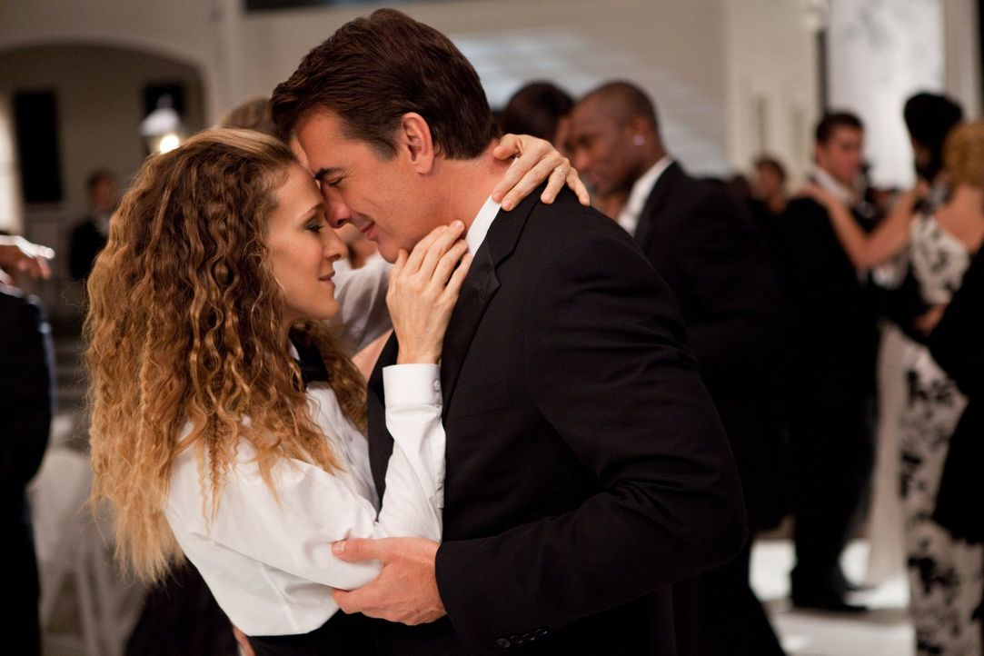 Noch führen Carrie (Sarah Jessica Parker, l.) und Big (Chris Noth, r.) eine glückliche Beziehung, bis Mr. Big einen eigenartigen Vorschlag macht ... - Bildquelle: Warner Brothers