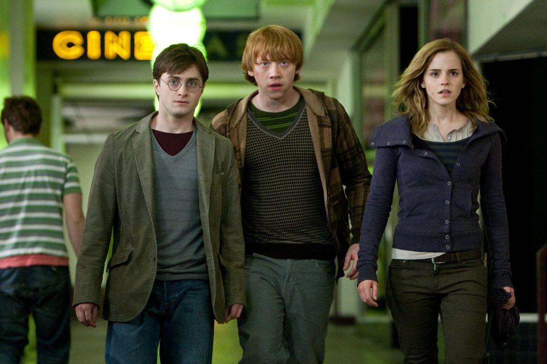 Auf der Flucht vor den Todessern und auch vor dem dunklen Lord, tragen Harry (Daniel Radcliffe, l.), Ron (Rupert Grint, M.) und Hermine (Emma Watson... - Bildquelle: 2010 Warner Bros.