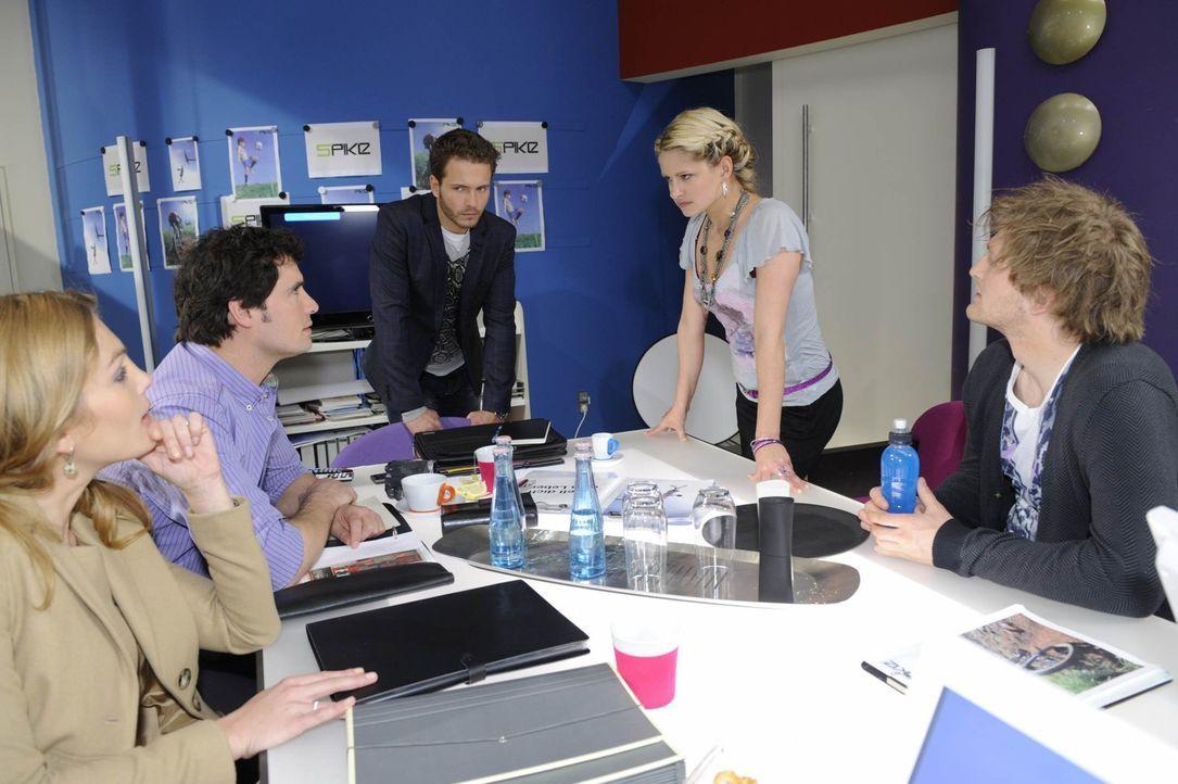Mia (Josephine Schmidt, 2.v.r.) lehnt zutiefst getroffen ab, das Gesicht der neuen Kampagne zu werden. Annett (Tanja Wenzel, l.), Alexander (Paul Gr... - Bildquelle: SAT.1