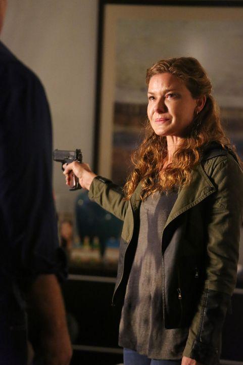 Emma Briggs (Alicia Lagano) wacht in ihrer Wohnung neben ihrem ermordeten Freund auf. Sie ruft die Polizei und flüchtet bei deren Eintreffen in eine... - Bildquelle: ABC Studios