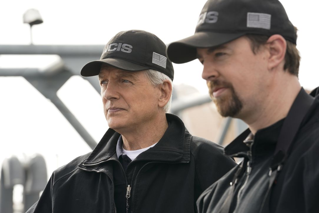 Leroy Jethro Gibbs (Mark Harmon, l.); Timothy McGee (Sean Murray, r.) - Bildquelle: Cliff Lipson 2018 CBS Broadcasting, Inc. All Rights Reserved / Cliff Lipson