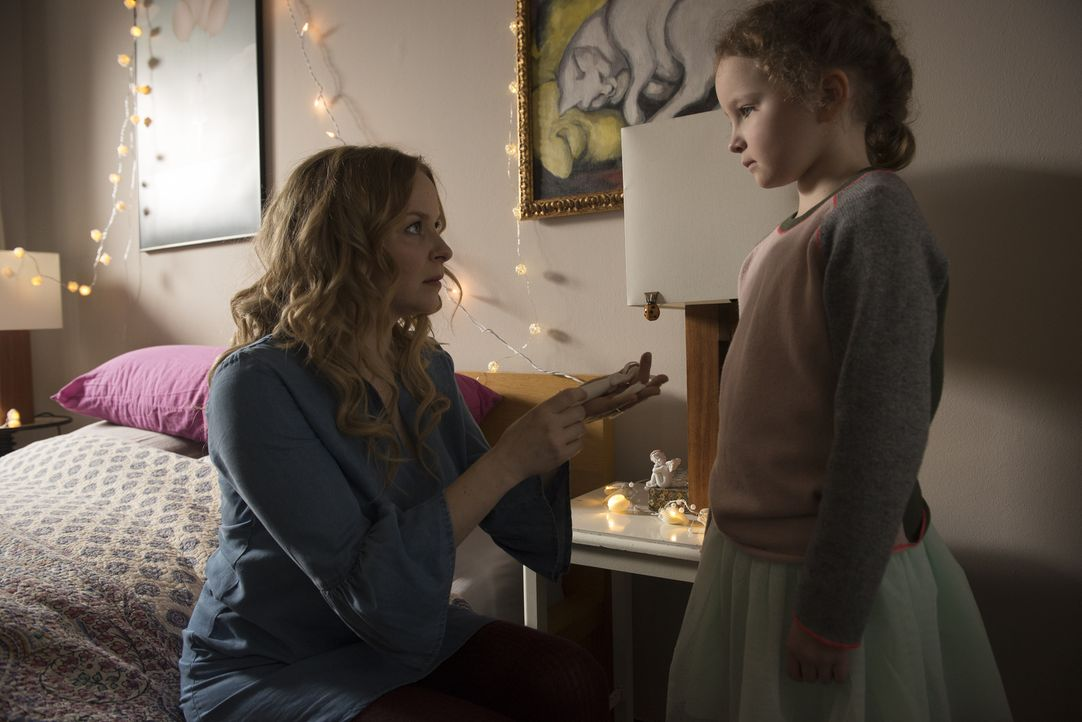Warum bringt Leonie (Jasmin Schwiers, l.) eine Pistole mit auf die Insel? Unglücklicherweise findet Philipps Tochter Clarissa (Lisa-Marie Trense, r.... - Bildquelle: Stephanie Kulbach SAT.1