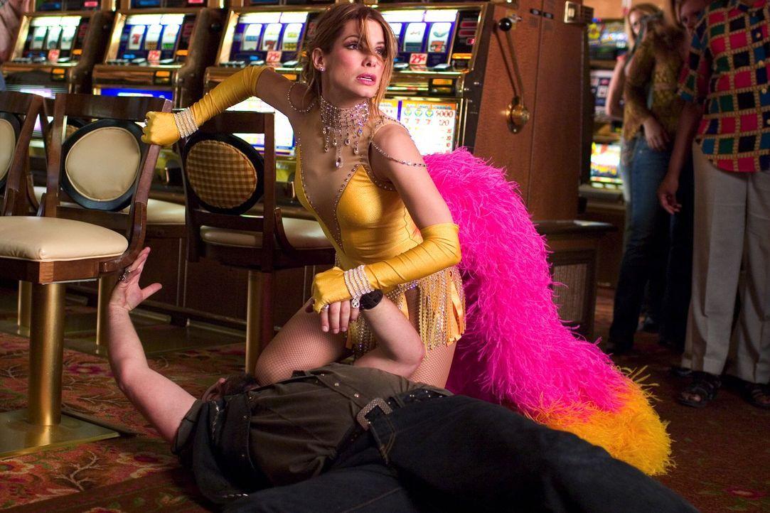 Als sie erfährt, dass ihre Freunde in Las Vegas entführt wurden, reist Gracie Hart (Sandra Bullock) kurzerhand dorthin, um eigene Ermittlungen zu be... - Bildquelle: Warner Bros. Television